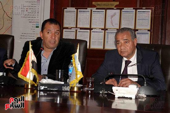 الوزير برفقة المحافظ خلال عرض مخطط الأقصر