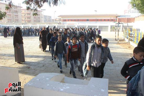 توافد الطلبة في طابور الصباح بالمدارس