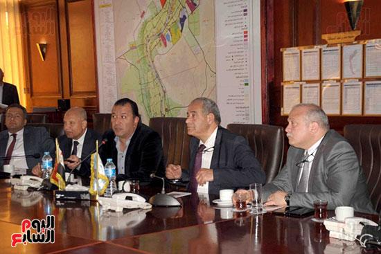 وزير التموين يستمع لشرح المحافظ خلال الاجتماع