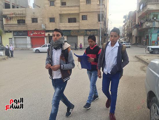 فى طريقهم للمدرسة