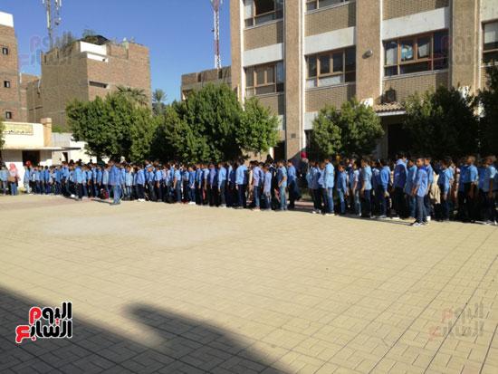 طلبة مدارس الاقصر في طابور الصباح