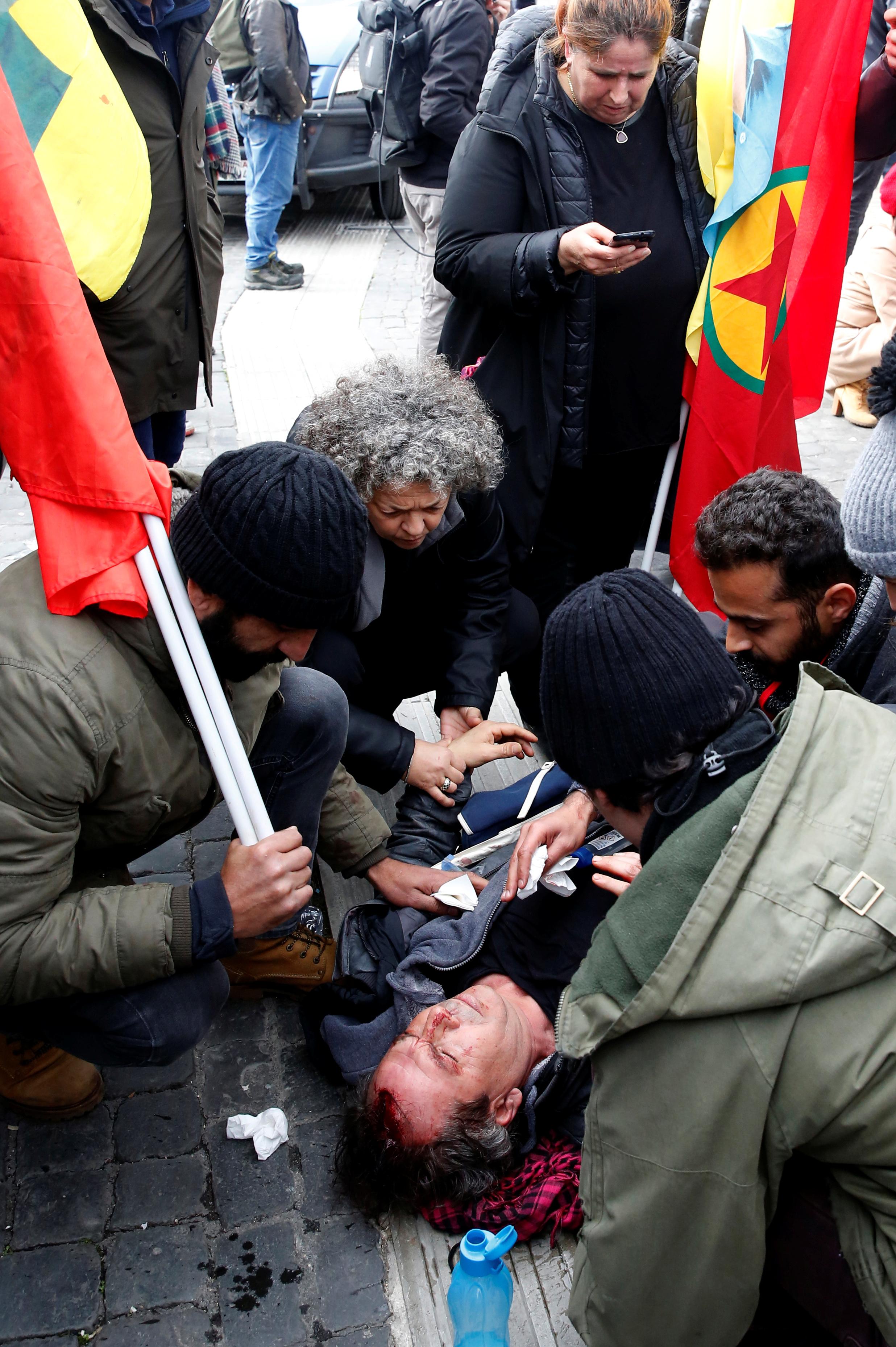 محاولات اسعاف متظاهر سقط فى الاشتباكات