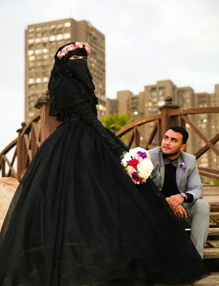 31244a739f2f1 عروس بفستان زفاف أسود ونقاب تثير الجدل على