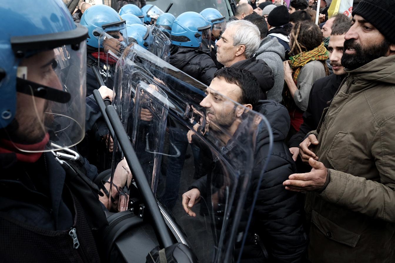 انتشار قوات الأمن وسط تزايد أعداد المتظاهرين
