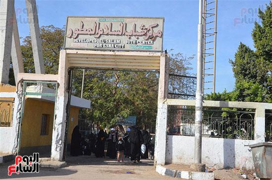 توافد الأهالى على مركز الشباب المقاد داخله المستشفى الميدانى