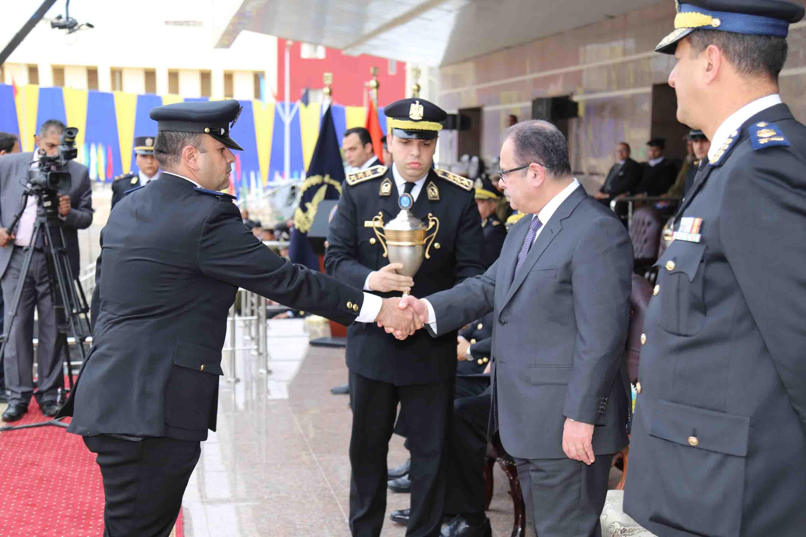 وزير الداخلية يكرم معاوني الأمن