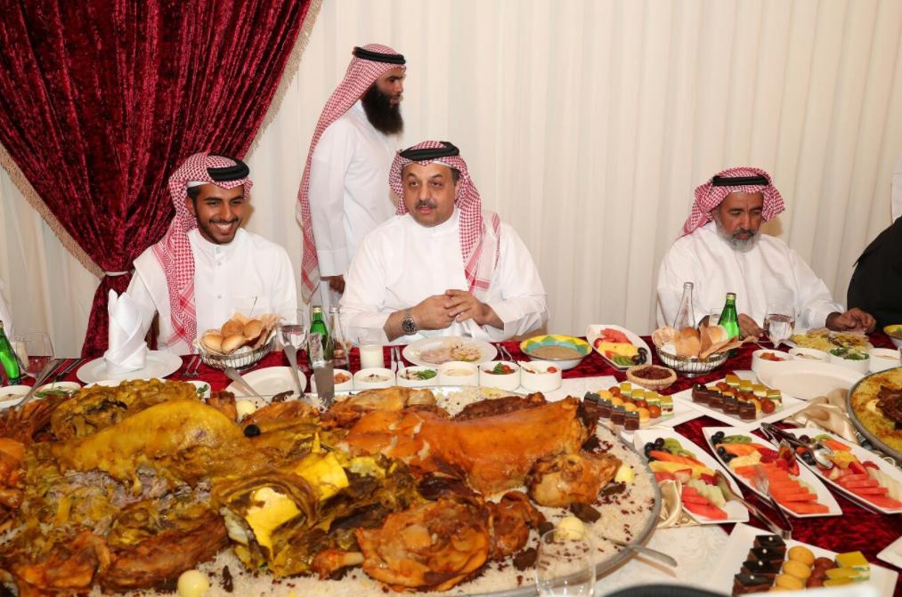 العطية ورئيس الاركان القطرى خلال حفلة مع خريجى كلية عسكرية قطرية