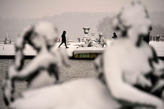 الثلوج تغطى التماثيل