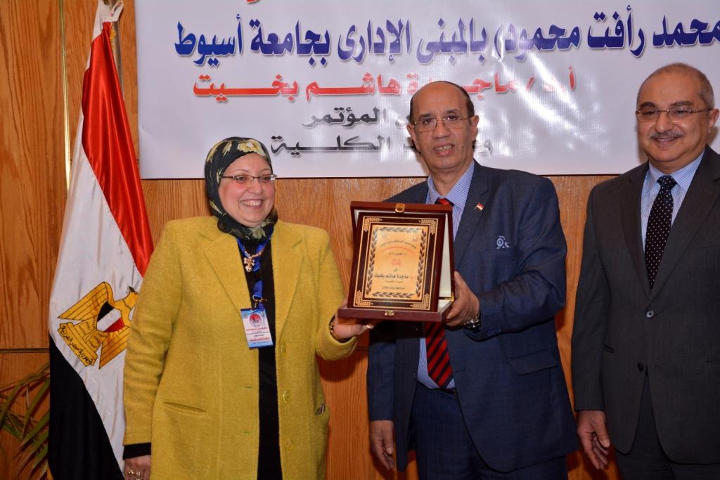 رئيس جامعة أسيوط حريصون علي دعم الأطفال من ذوى الاحتياجات الخاصة (1)