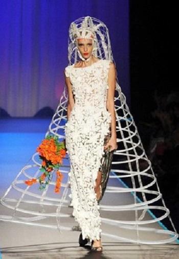 فستان زفاف بمظلة