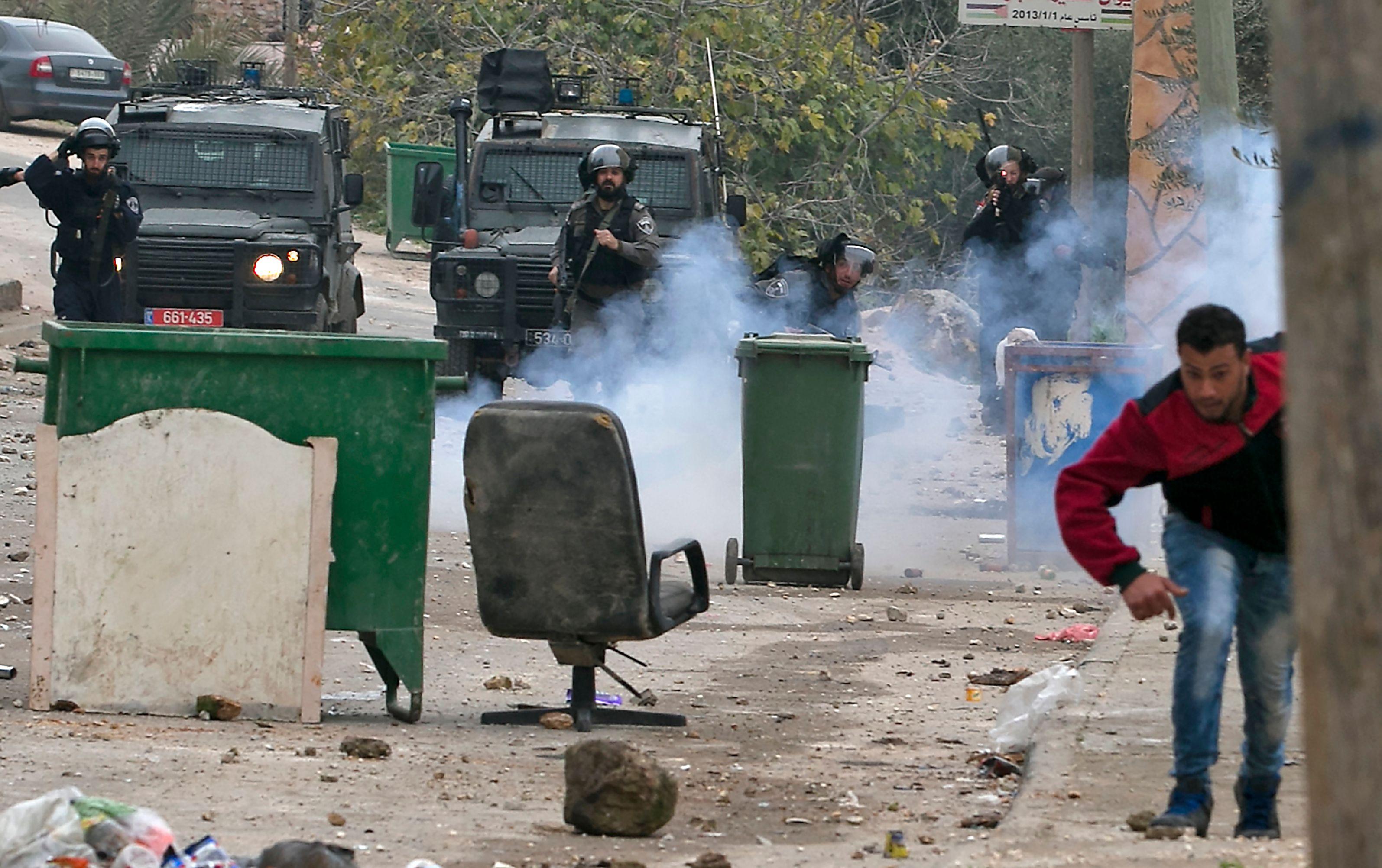 شرطة الاحتلال تطلق قنابل الغاز على متظاهرين فلسطينيين