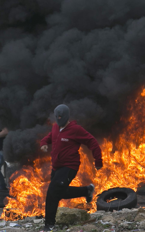 اشتعال النيران خلال مواجهات بين الاحتلال ومتظاهرين فلسطينيين