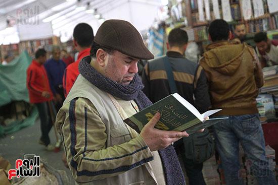 رجل وكتاب