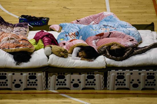 طفل-ينام-فى-المخيم
