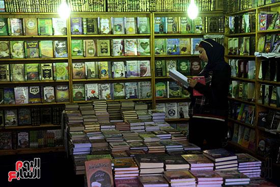 سيدة تتصفح الكتب