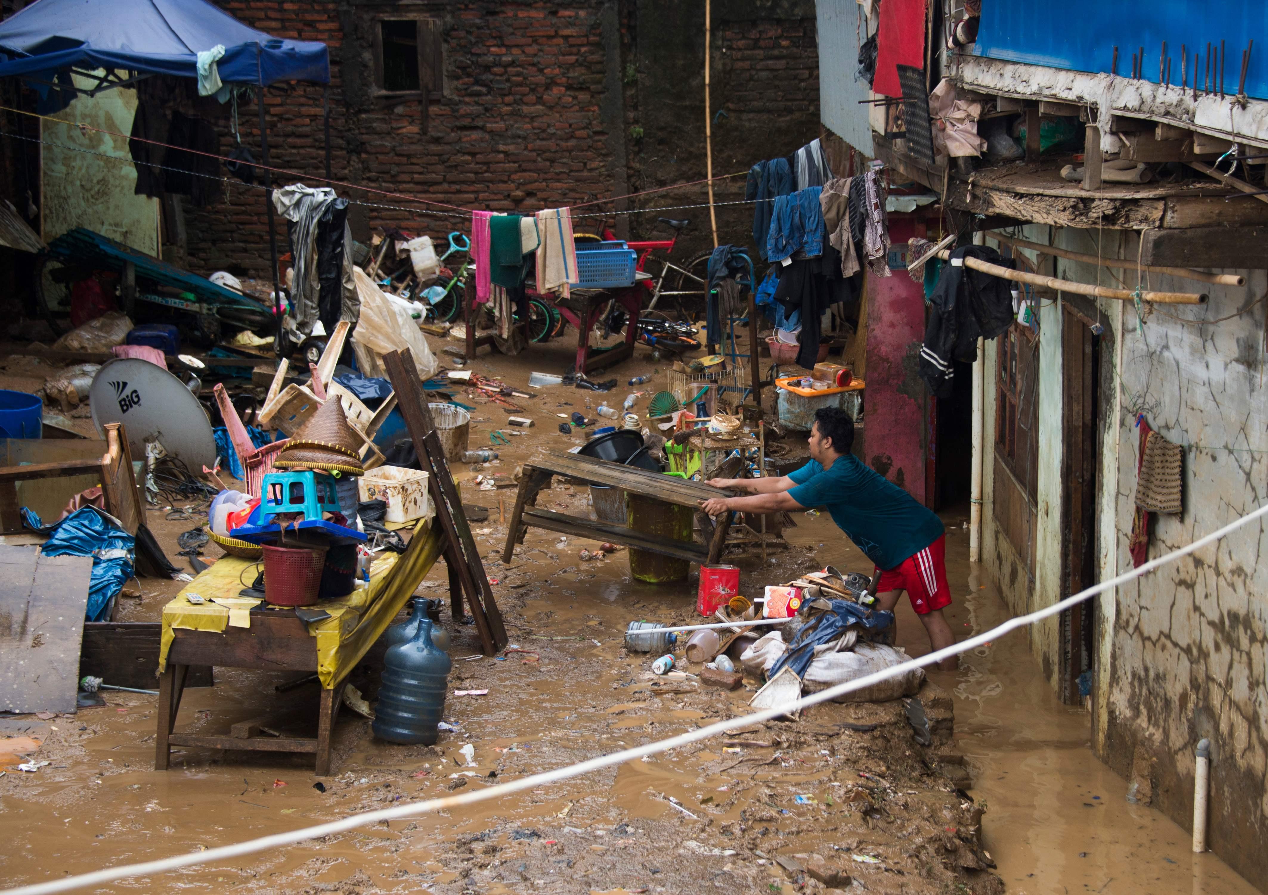 فيضانات تغرق مئات البيوت وتشرد الآلاف فى إندونيسيا