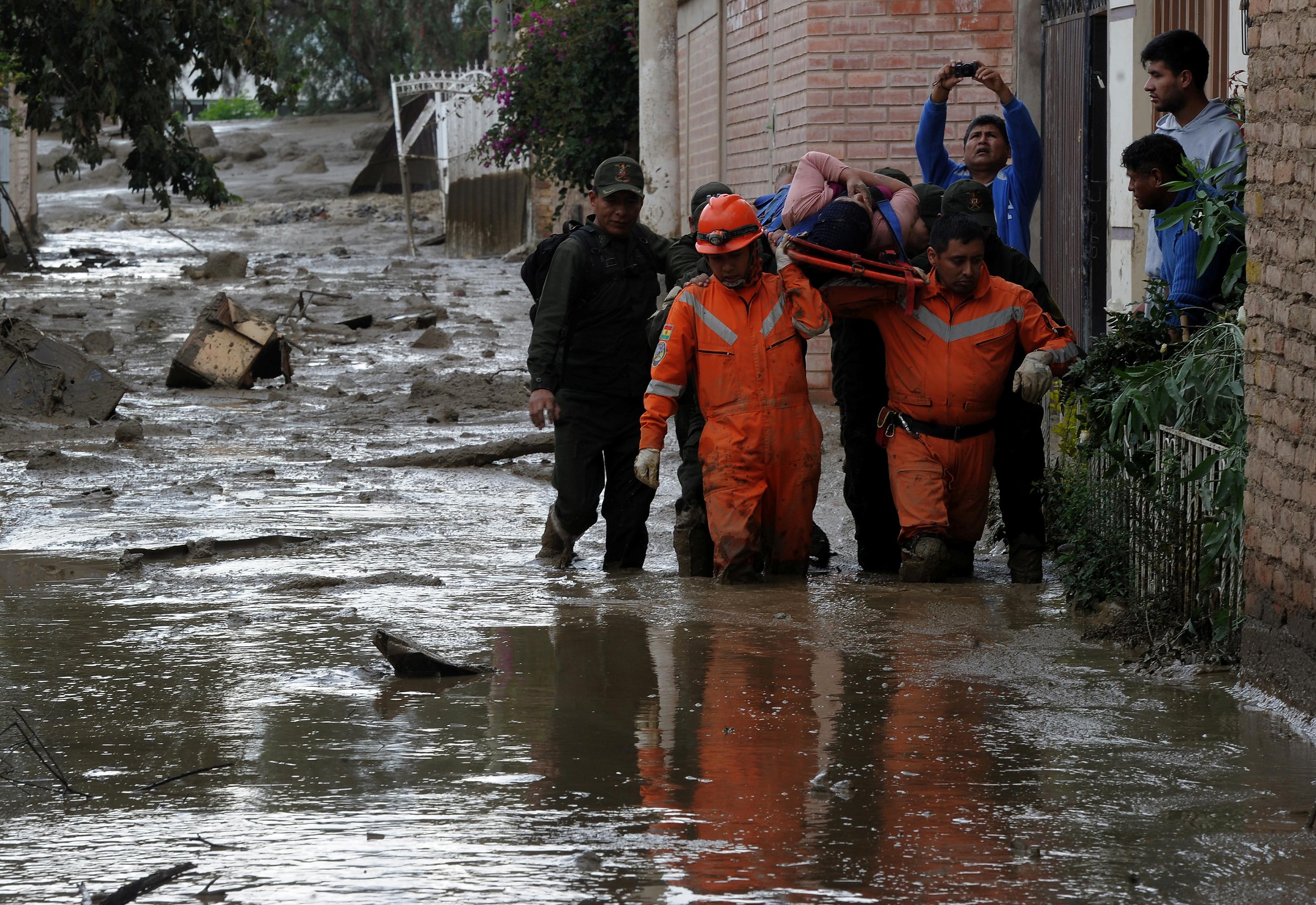 إنقاذ امرأة من مياه الفيضانات