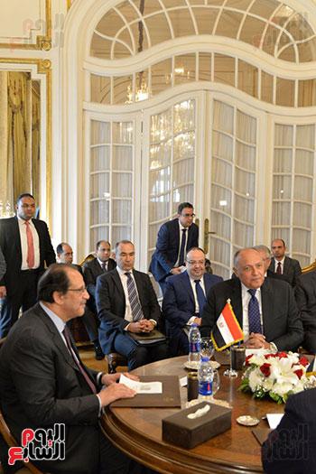 اللواء عباس كامل ووزير الخارجية خلال الاجتماع