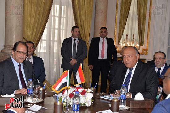 القائم بأعمال مدير جهاز المخابرات العامة المصرية ووزير الخارجية خلال اللقاء