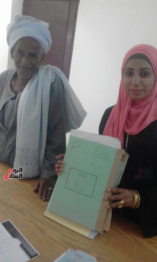 أصغر مأذونة فى مصر مع والدها