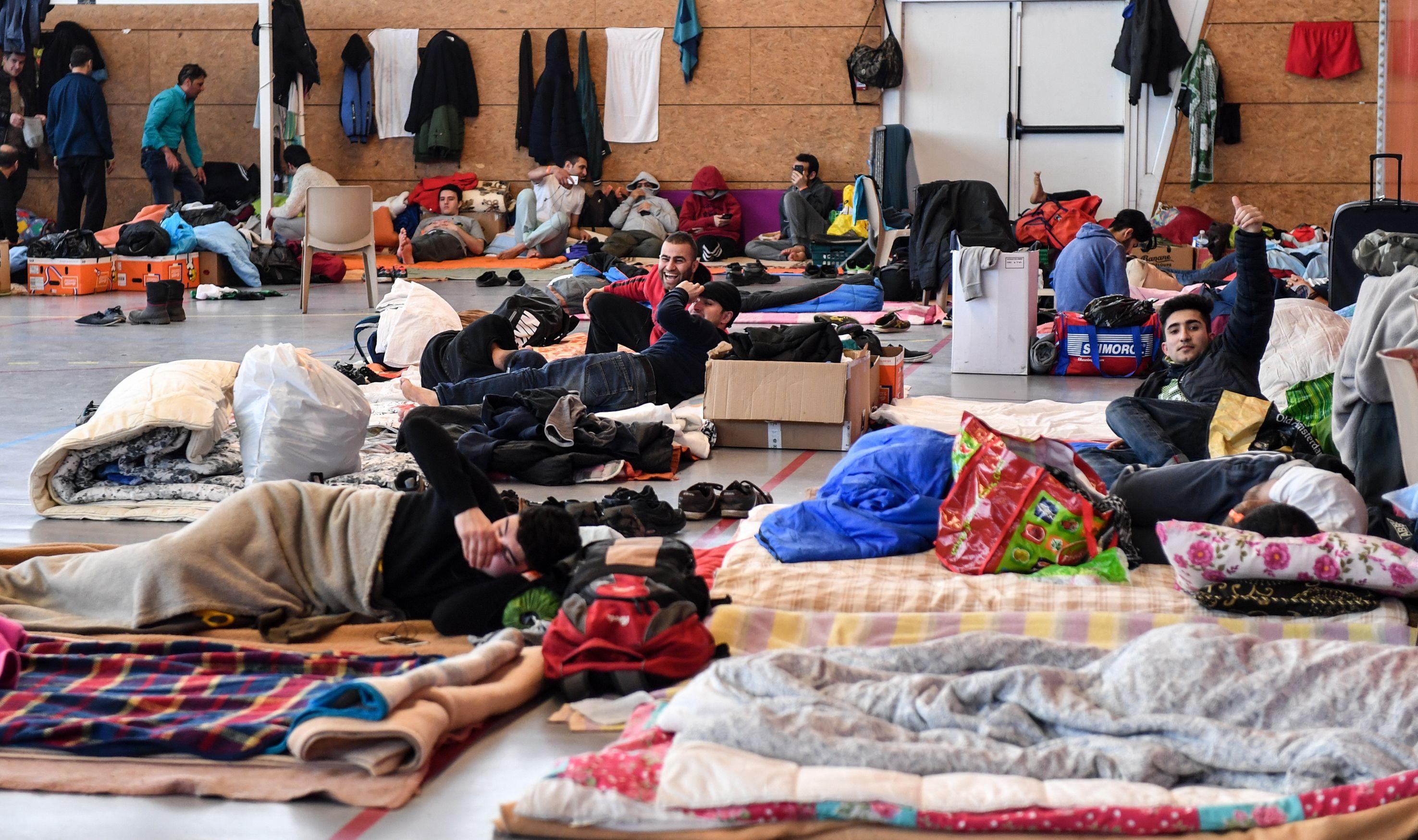 مهاجرون يحتمون من موجة الصقيع بفرنسا