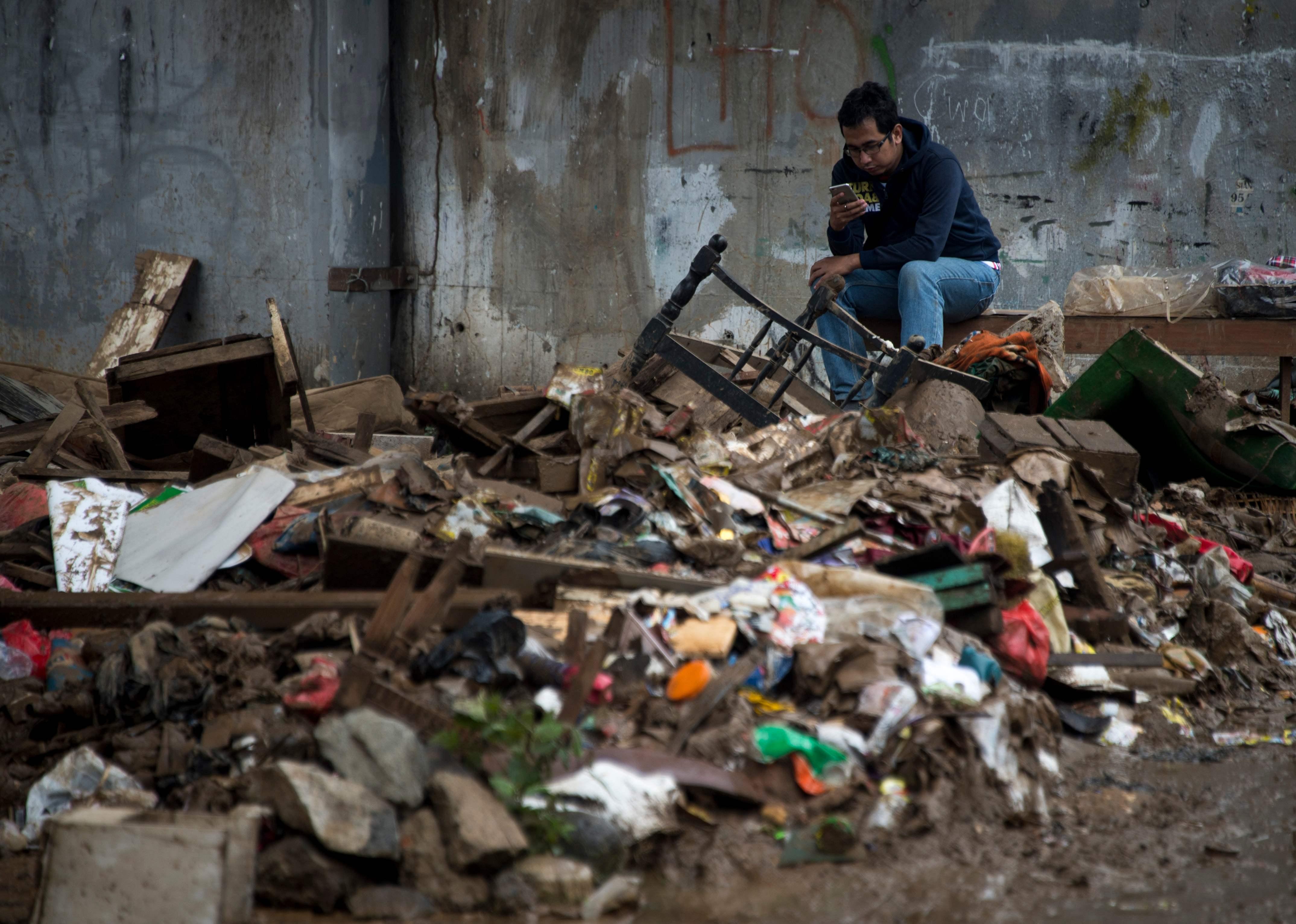 مواطنون بجوار أنقاض بيوتهم