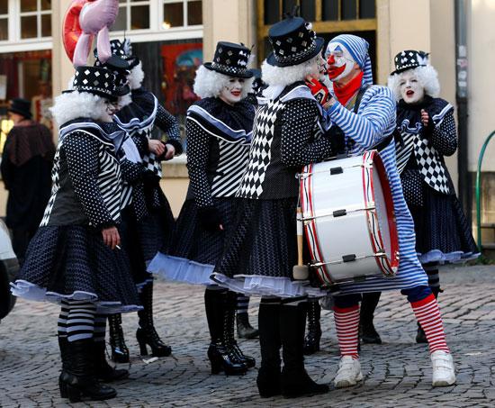 الرقص-والاحتفال-في-الشوارع