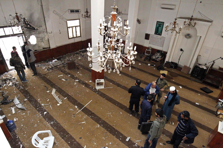 آثار تفجير مسجد فى بنغازى
