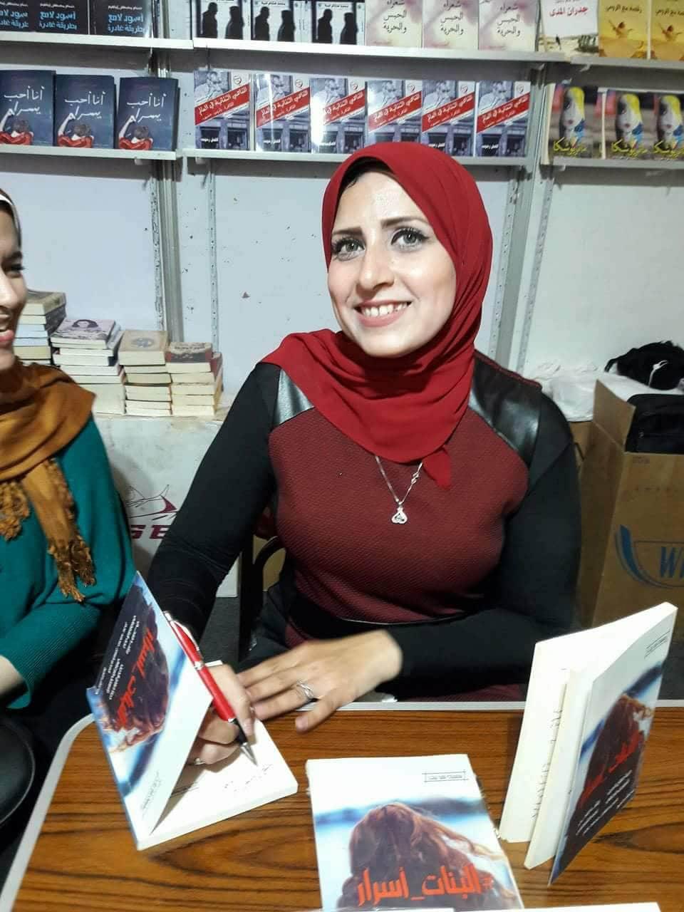 رشا فتحى توقع كتاب البنات أسرار بمعرض القاهرة للكتاب (5)