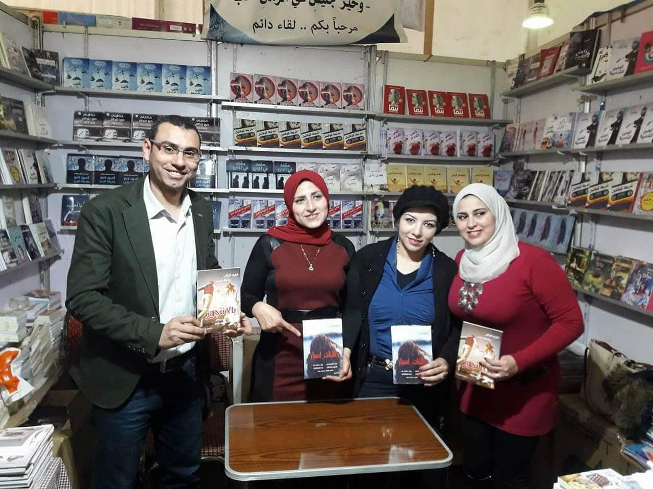 رشا فتحى توقع كتاب البنات أسرار بمعرض القاهرة للكتاب (8)