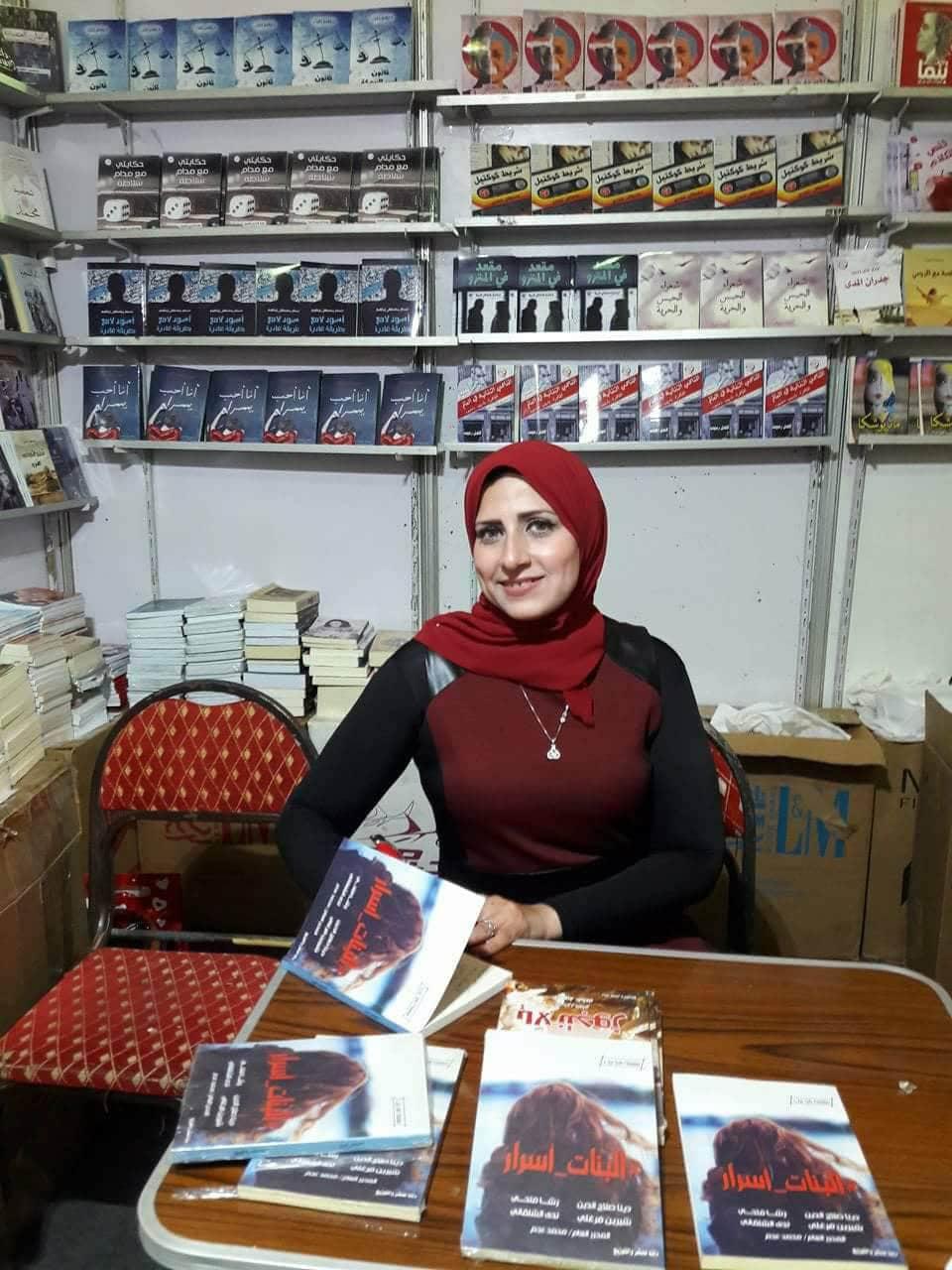 رشا فتحى توقع كتاب البنات أسرار بمعرض القاهرة للكتاب (7)