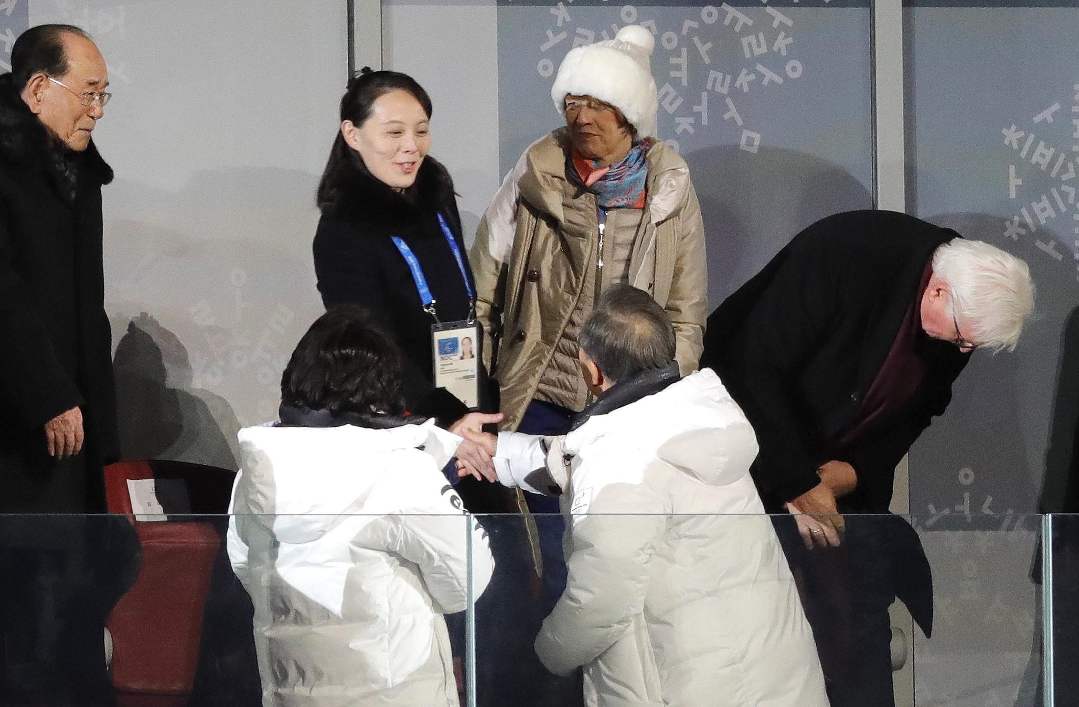 رئيس كوريا الجنوبية يحيى شقيقة زعيم كوريا الشمالية ورئيس كوريا الشمالية الشرفى