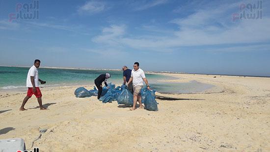 جمع اكياس المخلفات لنقلها من الجزيرة
