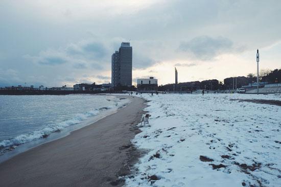 الثلوج تجمد شواطئ إسبانيا