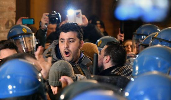 اشتباكات بين شرطة إيطاليا ومحتجين بعد العثور على جثة فتاة مقطعة داخل حقيبة