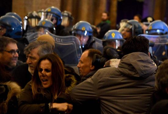 جانب من مواجهات بين الشرطة الإيطالية ومحتجين