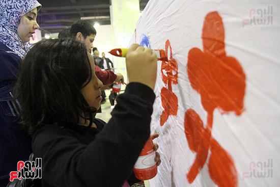 رئيسا قطاع الفنون التشكيلية وهيئة الكتاب يرسمان مع الأطفال بمعرض القاهرة (5)