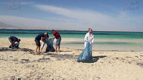عاشقة محمد صلاح الانجليزية تشارك فى حملة النظافة