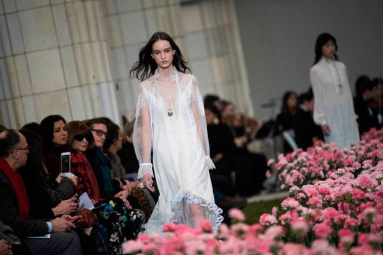3157789-فستان-أبيض-فى-العرض