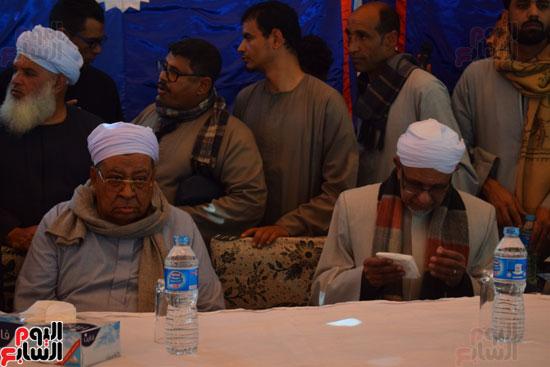 الشيخ محمد الطيب والشيخ زين العابدين خلال المؤتمر