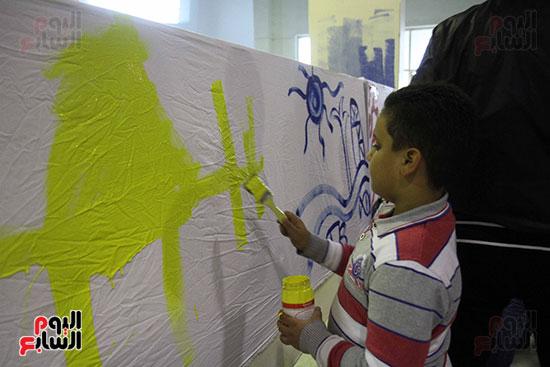 رئيسا قطاع الفنون التشكيلية وهيئة الكتاب يرسمان مع الأطفال بمعرض القاهرة (1)