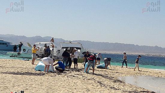 المشاركين فى حملة نظافة جزيرة يوتوبيا