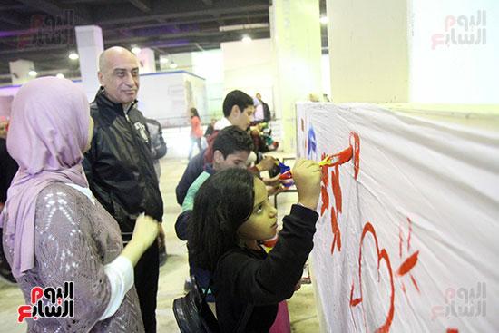 رئيسا قطاع الفنون التشكيلية وهيئة الكتاب يرسمان مع الأطفال بمعرض القاهرة (6)