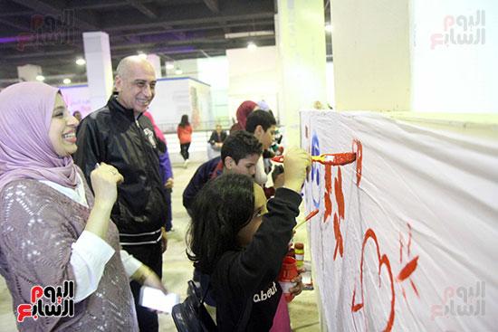 رئيسا قطاع الفنون التشكيلية وهيئة الكتاب يرسمان مع الأطفال بمعرض القاهرة (7)