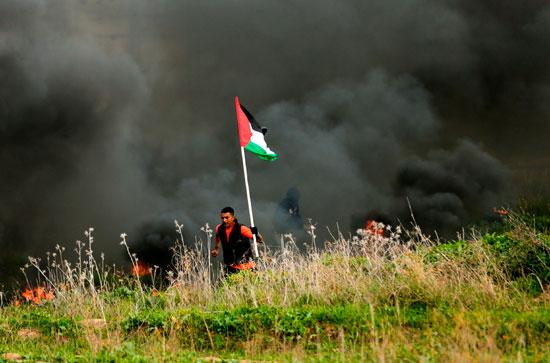 العلم الفلسطينى خلال المواجهات