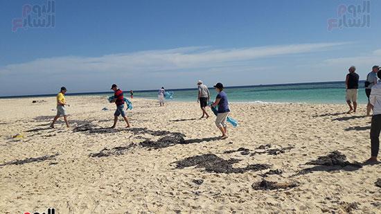 حملة نظافة لتنيف جزيرة يوتوبيا من المخلفات