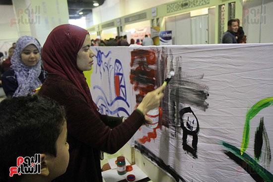 رئيسا قطاع الفنون التشكيلية وهيئة الكتاب يرسمان مع الأطفال بمعرض القاهرة (3)