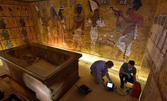 البعثة الإيطالية خلال عملها بمقبرة الملك الصغير بالأقصر