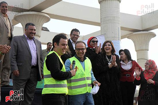 الحاج على يكرم المتطوعين فى معرض الكتاب ويرتدى زيهم  (1)
