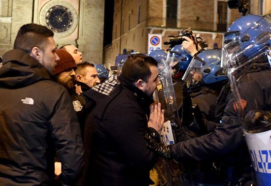 جانب من اشتباكات بين شرطة إيطاليا ومحتجين بعد العثور على جثة فتاة مقطعة داخل حقيبة